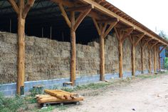 Straw bale post and beam, via Build Naturally http://www.facebook.com/buildnaturally