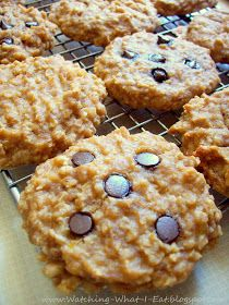 Peanut butter oat banana breakfast cookies~ High in protein, only 100 calories. for breakfast!Peanut butter oat banana breakfast cookies~ High in protein, only 100 calories. Köstliche Desserts, Delicious Desserts, Dessert Recipes, Yummy Food, Drink Recipes, Cookie Recipes, Think Food, Love Food, Healthy Treats