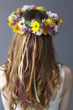 Hiedras, dalias y margaritas de colores para una corona de flores boho. #novias #diy