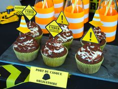 Cupcakes anniversaire : Construction Party - Truck Party http://rosecaramelle.fr/sur-mesure #brique #chantier # casque #party #anniversaire #rosecaramelle #birthday #grue #bulldozer #construction #fete # cupcakes # toppers www.rosecaramelle.fr