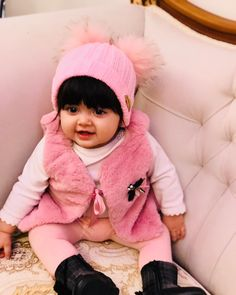 Cute Baby Boy Photos, Cute Little Baby Girl, Cute Baby Videos, Little Boy Fashion, Baby Girl Fashion, Cute Babies Photography, Cute Baby Wallpaper, Person Sitting, Comedian Quotes