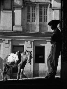 O German Lorca fotografou o desvairamento da Pauliceia | VICE | Brasil. Caipira com Cavalo, 1949. Foto: German Lorca