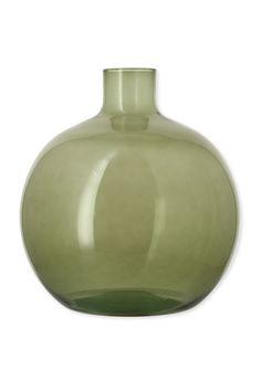 ALRIC est une ligne de vases dame-jeanne en verre recyclé, travaillés artisanalement. Chaque pièce est unique. Ces vases apportent une note colorée ravissante. Leurs formes très douces accompagnent tout style de décoration.  #decoration #damejeanne Vert Olive, Wild Nature, Style Vintage, Vases, Unique, Round Vase, Recycled Glass, Vintage Decor, Everything