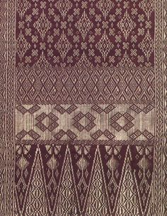 Songket is a fabric that belongs to the brocade family of textiles of Indonesia ,Malaysia , and Brunei . It is hand-woven in silk or cotton , and intricately patterned with gold or silver threads . Weaving Process, Weaving Techniques, Hand Weaving, Minangkabau, Art Chinois, Batik Pattern, Traditional Fabric, Art Japonais, Weaving Textiles