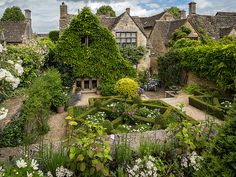 Quintessential cottage charm in the medieval town of Burford in Oxfordshire, England. Image courtesy of English Manor, English Countryside, English Cottages, English Uk, Beautiful Gardens, Beautiful Homes, Beautiful Places, Garden Cottage, Garden Design