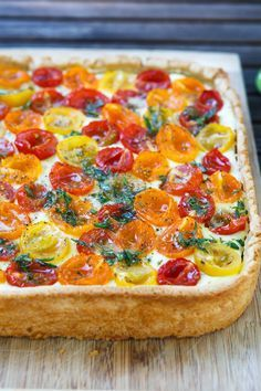 Leckere Tomaten-Tarte mit einer Füllung aus Ricotta sowie bunten Tomaten und einer Vinaigrette aus Honig, Zitronen und Olivenöl.