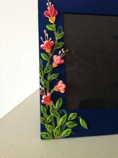 Quilling Flower Photo Frame For 15 Art Arte Quilling, Paper Quilling Flowers, Paper Quilling Cards, Quilling Work, Paper Quilling Patterns, Quilling Paper Craft, Paper Crafts, Quilling Flower Designs, Quilling Photo Frames