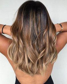 schöne frisuren, helblange, braune, lockige haare mit blonden strähnen