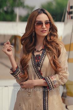 Indian Paksitani Stylish & Best Neckline Gala Designs for Asian Girls 2020 Collection for Asian Women consists of simple casual, heavy formal neck styles Pakistani Dress Design, Pakistani Dresses, Salwar Pants, Salwar Kameez, Asian Woman, Asian Girl, Casual Dresses, Fashion Dresses, Formal Dresses