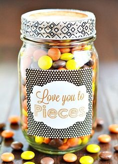 Check out these 130 easy DIY Mason Jar Crafts for Spring and Summer, and they will all make you think uniquely toward the old Mason jars! After a short tour of these DIY Mason jar crafts, you are just not going to end up the mason jars in dumpsters! Diy Father's Day Gifts Easy, Father's Day Diy, Diy Gifts, Food Gifts, Diy Valentine's Mason Jar, Mason Jar Gifts, Cute Gifts For Friends, Gifts For Kids, Sister Gifts