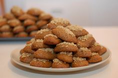 "Search for ""label/Γλυκά"" Greek Sweets, Greek Desserts, Greek Recipes, Melomakarona Recipe, Posne Torte, Greek Cake, Greek Cookies, Italian Cookies, Greek Pastries"