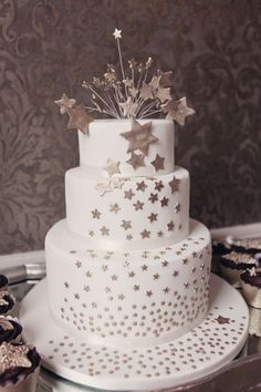 Gold star wedding cake by Elizabeth's Cake Emporium, London Photography by http://www.cristinarossi.co.uk/