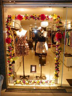 Boutique Interior, Boutique Design, Boheme Boutique, Gift Shop Interiors, Painted Window Art, Clothing Store Design, Window Display Design, Beauty Salon Decor, Art Decor