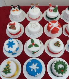 Learn how to make delicious Christmas cupcakes for kids and the whole family. These will make perfect easy Christmas desserts over the festive season and the tutorial below will show you how to make them step by step! Mini Christmas Cakes, Christmas Cake Designs, Christmas Cupcakes Decoration, Christmas Desserts Easy, Christmas Minis, Holiday Cakes, Christmas Cooking, Christmas Treats, Holiday Treats