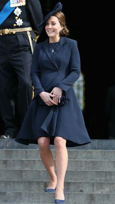 Grávida de 8 meses, Kate Middleton aparece toda sorridente em evento