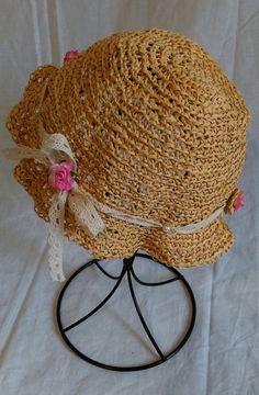 chapeau shabby chic pour petite fille style raphia beige avec ruban de dentelle blanc avec petite