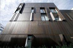 """Im Wohnquartier """"Marthashof"""" in Berlin zwischen Mitte und Prenzlauer Berg, der als Vorzeigebeispiel eines """"Urban Village"""" gilt, verbinden sich Architektur, Natur und Design auf besonders noble Weise. Auffälliger Blickfang an den Kopfseiten des Komplexes sind erdfarbene Sonnen- und Sichtschutzläden als Fassadenverkleidung, die sich individuell öffnen und schließen lassen.   http://www.colt-info.de/fassadenverkleidung-sonnenschutz-schiebelaeden-marthashof-berlin.html"""