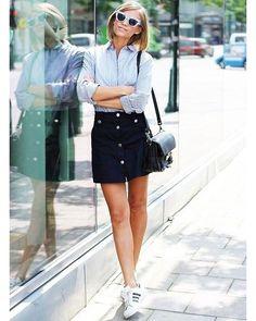 Look do dia: saia preta de botões + camisa simples + tênis + bolsa preta. Simples e chique!