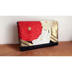 京都西陣織のアンティーク帯を、Japaranの職人が一つひとつ丁寧に手づくりした日本製のクラッチバッグです。 「西陣織」とは、日本を代表する絹織物産地「西陣」で、1000年以上に渡り織り続けてこられた日本の伝統的織物です。 西陣織の鮮やかで大胆な色の組み合わせ、絹織物の贅沢な質感を活かした存在感あるデザインは、和装からフォーマル、カジュアルなど様々なスタイルで楽しめます。 サイズ:縦18cm, 横28cm, マチ3.5cm  持ち手:本革持ち手付き *ハンドメイドの為、サイズに多少の誤差があります旨ご了承ください。 店舗での販売もしているため、ご注文いただいた際に売り切れの場合もございます旨、ご了承ください。 Japanese Bag, Japanese Kimono, Handmade Clutch, Handmade Bags, Harajuku Girls, Asian Design, Kimono Fabric, Japanese Patterns, Kawaii Cute