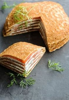 Millefeuille of galettes with salmon - Recetas francesas Crepe Recipes, Brunch Recipes, Breakfast Recipes, Salmon Sandwich, French Crepes, Fingerfood Party, Party Finger Foods, Cheesecake Recipes, Sandwiches
