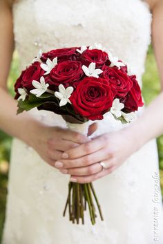 bruidsboeket, bruiloft, roos, rozen, rood, rode roos, rode rozen, witte bloemen, bloemen, bloemen, siersteen, diamant, wedding, bridal bouquet, bride's bouquet, roses, rose, flowers, diamonds. bruidsfotograaf, trouwfoto, trouwreportage, http://www.rikkemienfotografie.nl/