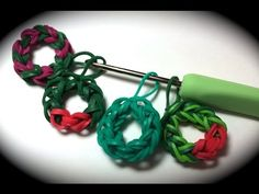 Rubber Band Wreath Charm Without the Rainbow Loom - Uses Just a Crochet Hook. Learn how to make a regular chain without a loom first. Rainbow Loom Tutorials, Rainbow Loom Patterns, Rainbow Loom Creations, Rubber Band Charms, Rubber Band Bracelet, Rubber Bands, Rainbow Loom Christmas, Rainbow Loom Charms, Rainbow Loom Bands
