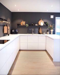White Kichen, Light Wooden Floor, Kitchen Themes, Küchen Design, Wooden Flooring, Home Kitchens, Kitchen Cabinets, Black And White, Interior
