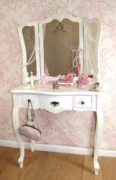 Image detail for -... the shabby chic look of this bedroom with pink flowers wallpaper