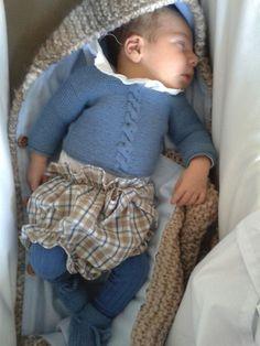 Bebé con Jersey con ocho y patucos de recién nacido de A CoSer y Punto  hecho a mano  handmade c2453fd1eb5