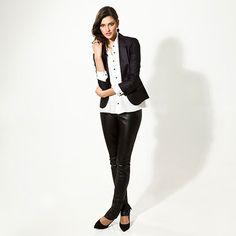 Desde que Yves Saint Laurent trouxe o smoking masculino para o closet das mulheres, ele nunca mais saiu de moda. A versão dessa temporada tem jaqueta mais curtinha, bem ajustada e calça skinny, perfeito para quem ama o contraste entre o clássico e o rock and roll