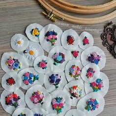 This Pin was discovered by Fun Hand Embroidery Videos, Hand Embroidery Flowers, Flower Embroidery Designs, Simple Embroidery, Hand Embroidery Stitches, Silk Ribbon Embroidery, Embroidery Jewelry, Embroidery Hoop Art, Cross Stitch Embroidery