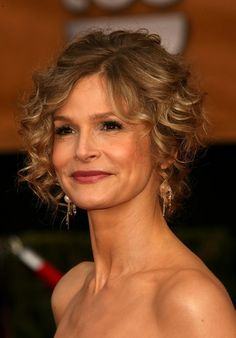 Kyra Sedgwick Short Curls - Kyra is mixing things up with her very curly hair style. She is wearing a vintage Herve Leger dress that stands on its own with little jewelry. Mother Of The Groom Hairstyles, Bride Hairstyles For Long Hair, Mother Of The Bride Hair, Popular Short Hairstyles, 2015 Hairstyles, Wedding Hairstyles, Elegant Hairstyles, Celebrity Hairstyles, Haircuts