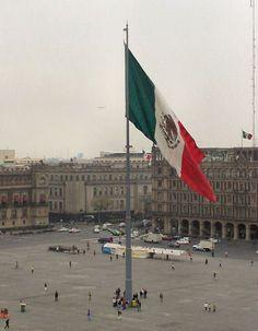 Bandera Mexicana Monumental en el Zócalo de la Ciudad de México