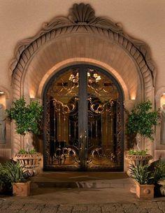 porte en fer forgé, doubles portes, arbres jeunes, décoration extérieure sur la façade Tuscan Design, Tuscan Style, Casa Magnolia, Style Toscan, Wrought Iron Doors, Tuscan House, Entrance Doors, Front Doors, Doorway