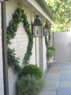 Exterior painted brick walls, lights and pots Landscape Design, Garden Design, Vine Design, Painted Brick Walls, Garden Trellis, Garden Cottage, Outdoor Walls, Dream Garden, Garden Inspiration