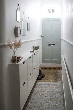 Decorating Small Spaces: 7 Bold Design Elements to Try in Your Hallways. Decorating Small Spaces: 7 Bold Design Elements to Try in Your Hallways Small Room Decor, Decorating Small Spaces, Small Rooms, Small Apartments, Narrow Hallway Decorating, Porch Decorating, Creating An Entryway, Grey Hallway, Flur Design