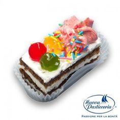 Soffice pan di Spagna farcito con crema alla vaniglia e decorato in modo assortito. Chi vuole un trancetto gateau? :) Scoprite la nostra pasticceria mignon!