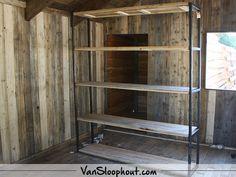 Stalen kast met sloophout. #sloophout #reclaimed #wood #staal #stalenkast #woonkamer #interieur #living #wonen #woontrends #wooninspiratie