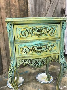 Painting wood furniture can completely transform the appearance of a piece of furniture. As long as you know how to paint wood furniture the possibilities are endless. See how to transform wooden furniture with the best furniture paint. Layering paint and patina are gorgeous painting wood furniture ideas. #paintedfurniture #paintingwoodfurniture #furniturepaint #howtopaintwoodfurniture