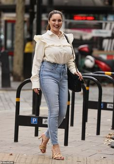 White Shirt Outfits, Kelly Brook, Lemon Yellow, High Waist Jeans, Mom Jeans, Ruffle Blouse, Hair Colours, Chic, Tuesday