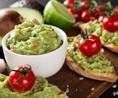 The best guacamole recipe, tips on how to prepare and gourmet dishes to make eating avocados more interesting. Ever heard of guacamole pizza? Oh yeah Avocado Hummus, Mashed Avocado, Healthy Foods To Eat, Healthy Dinner Recipes, Healthy Snacks, Avocados From Mexico, Avocado Benefits, Homemade Guacamole, Hummus Recipe
