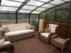 Pohodlné vybavení vnitřního prostoru zastřešené terasy či balkóna krytem CORSO od Alukovu.