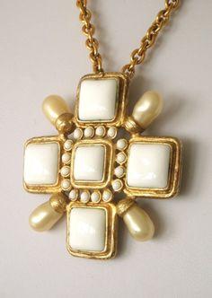 d8e5c887116f chanel gripoix Bijoux Chanel, Tailleur, Fantaisie, Bijoux, Bijoux À La Mode,
