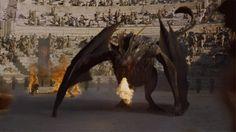 Game Of Thrones - TV Série - books (livros) - A Song of Ice and Fire (As Crônicas de Gelo e Fogo) - blond hair (cabelo loiro) - House Targaryen - family (família) - Daenerys Targaryen (Emilia Clarke) - Mother of Dragons (Mãe dos Dragões) - Mhysa - Queen (rainha) - Khaleesi - braid (trança) - dress - vestido - white - branco - dragon (dragão) - Drogon - lame - chamas - dracarys