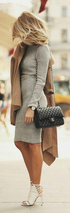 die schwarze Tasche lässt sich mit den weißen Sandalen erstaunlich gut kombinieren