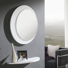 Oculus es un conjunto moderno y sencillo de Dissery. Compuesto por un espejo de forma redonda y un sencillo estante. Ideal para recibidores pequeños.