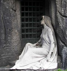 Pere Lachaise Paris Cemetery--I wish I had had another day in France, so that I could have seen this cemetery. So many famous people are buried there and the tombstone monuments make one feel that one is in a museum as opposed to a cemetery. Cemetery Angels, Cemetery Statues, Cemetery Headstones, Old Cemeteries, Cemetery Art, Graveyards, Cemetery Monuments, Pere Lachaise Cemetery, Kirchen