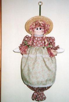 Bambola porta sacchetti con capelli in raffia