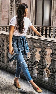 Street style look com jeans.