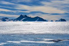 """Apesar de suas temperaturas, que podem chegar a quase 90ºC negativos, a Antártida não só é um deserto, como é o maior do mundo! Só que em vez de areia e dunas, lá o que predomina a paisagem é a neve e os imensos icebergs, motivo pelo qual ela é chamada por alguns de """"deserto de cristal"""". Mount Everest, Explore, Mountains, Nature, Travel, Outdoor, Deserts, Paisajes, World"""